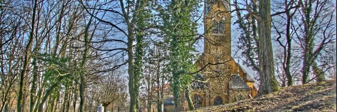 Kirchturm in der Siedlung
